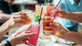 8 osvěžujících letních drinků, které zvládnete namíchat v pohodlí domova