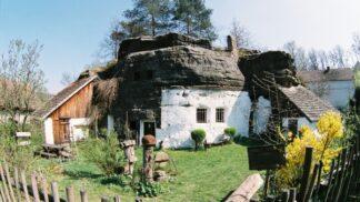 Jak dříve bydleli chudí? Podívejte se na nejdéle obývaný skalní byt v Čechách