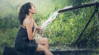 Blahodárné ranní sprchování: 8 problémů, kterých se díky němu zbavíte