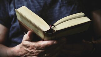 Čtete si před spaním knížku, a ne zprávy na mobilu? Vědci odhalili tyto nesporné výhody