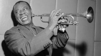 Z násilí a bídy až do hlubin vesmíru. Jak trnitá byla cesta nejslavnějšího jazzového trumpetisty Louise Armstronga?