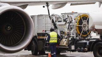Proč stále platíme leteckým společnostem palivové příplatky?