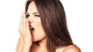 Trápí vás zápach z úst a nemáte po ruce žvýkačku? Jogurt, jablka nebo mrkev pomůžou také