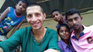 Mladý Rom se opět vrátil pomáhat do indického sirotčince. Co plánuje pro děti žijící v bídě tentokrát?