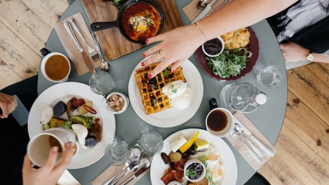 Snídaně – základ dne. Proč je důležité ji nevynechat a alespoň něco málo do sebe ráno nasoukat?