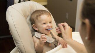 Kterými jídly maminky ubližují kojencům? Tyto potraviny jim rozhodně nedávejte!