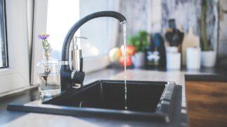 Pozor na bakterie: Jaké potraviny pod vodovod nepatří?