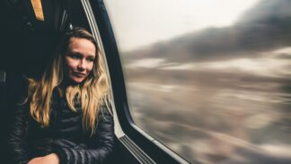 Cesta vlakem: Jak vyzrát na řvoucí dítě i neodbytného nápadníka