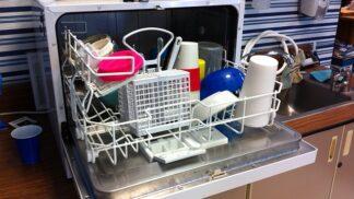 Kuchyňský přítel a zachránce drahocenného času — myčka nádobí. Jak se o ni správně starat, aby co nejdéle sloužila?