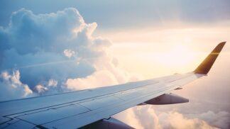 Strach z létání: Co se s naším tělem děje, když pijeme alkohol před letem a během něj