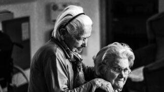 Senioři: Věděli jste, že u starých žen hrozí chudoba mnohem častěji než u mužů?