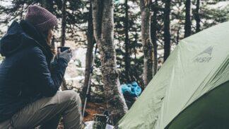 Podzimní stanování: Jak vybrat správně potřeby a teplý spacák pro zimomřivou ženu