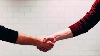 Špatný stisk ruky může pokazit první dojem: Čím se řídit?