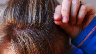 Podle vědců existuje spojitost mezi šedivěním a stresem. A ještě jedním faktorem, který neovlivníme
