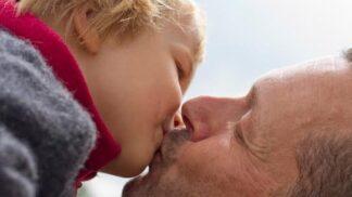 Líbáte své dítě na ústa? Prý ho tím můžete sexuálně dráždit