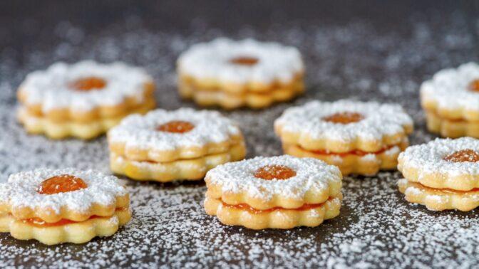 Recept na dokonalé linecké cukroví smarmeládou, krémem nebo polevou