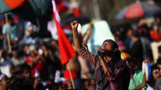 Odvrácená tvář módy: Jak se šije, protestuje a trpí v Bangladéši