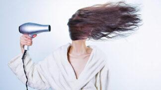 Chcete zářivé kadeře jako z reklamy? Vyvarujte se nejčastějších chyb při mytí vlasů