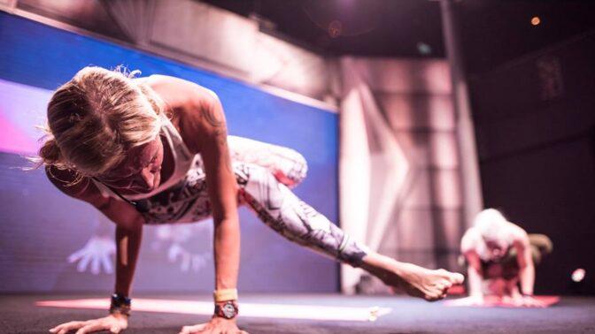 Stovky fanoušků jógy a fitness obsadily o víkendu pražský klub Sasazu