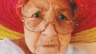 Tato žena oslavila 100 let. Denně vypije šest ginů a je zdravá jako řípa