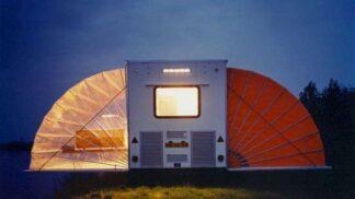 Prohlédněte si karavan určený pro nejnáročnější cestovatele. Má terasu i obývák