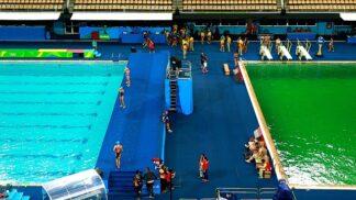Olympijský bazén se přes noc zazelenal. Organizátoři her netuší proč # Thumbnail