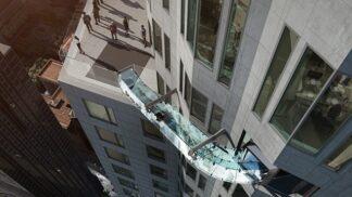 Plachtit nad městem andělů? Žádný problém. V L.A. spojili dvě patra mrakodrapu průhlednou skluzavkou