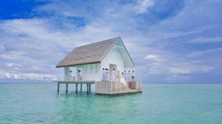 Snoubenci, pozor! Na Maledivách vyrostl rajský svatební pavilon plovoucí na hladině oceánu