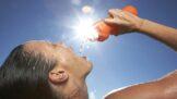 Únava, zácpa, přibírání i vysoký krevní tlak. 8 příznaků dehydratace