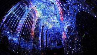 Mohli bychom se dívat donekonečna: Umělec proměnil gotickou kapli z 16. století ve hvězdnou noční oblohu