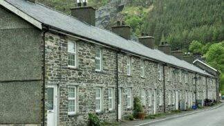 Tahle kouzelná britská vesnička je na prodej. Za cenu jednoložnicového bytu!