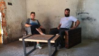 Manželé vyrobili úžasný kávový stolek ze starého dřeva a řetězů