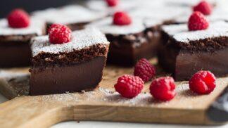 Magický koláč dobývá internet. Má tři vrstvy a upečete ho na jeden zátah. Vyčarujte kakaový s malinami!