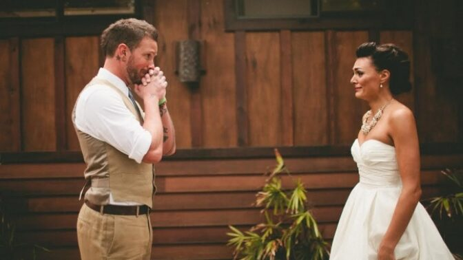 Že kluci nepláčou? 15 svatebních momentek zachycuje reakce ženichů, když poprvé uvidí nevěstu