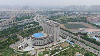 """V Číně postavili univerzitu ve tvaru obřího záchodu poté, co zakázali stavbu """"podivných budov"""""""