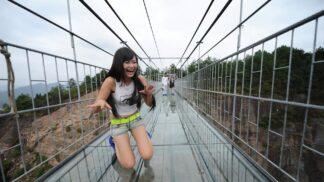 Turistům se na novém mostu v Číně podlamují na kolena. Je totiž celý ze skla