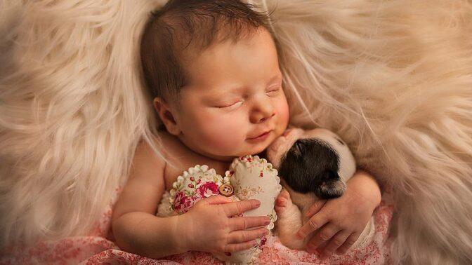 Fotografka přišla o milovaného psa. Na jeho památku teď fotí úžasné fotky miminek se zvířaty