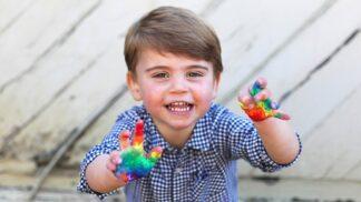 Britská královská rodina zveřejnila fotografie syna Louise. Ten je věrnou kopií své mámy Kate
