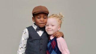 Čtyřletí sourozenci Kamsi a Kachi mají každý jinou barvu pleti. Věřili byste, že to jsou dvojčata?