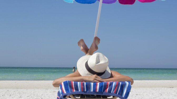 Nástrahy oblíbeného slunění: Jak na dlouhotrvající opálení bez rizika