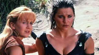 Bájná Xena: seriál stvořil z herečky Lucy Lawless lesbickou ikonu. Její kůň ji při pádu těžce zranil