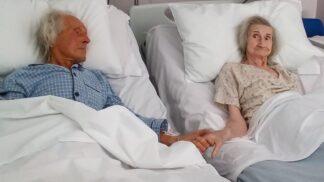 Dojemné loučení. Pár, který společně strávil 62 let, se v nemocnici naposledy držel za ruce