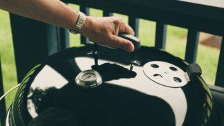 Gril vyčistíte snadno i bez běžných čistících prostředků. Stačí se podívat do spíže