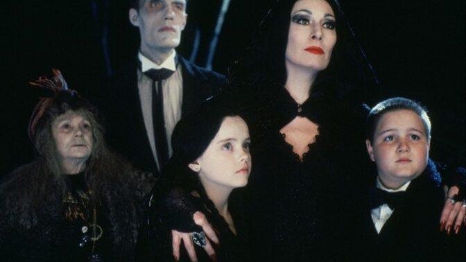 Anjelica Huston z Addamsovy rodiny: Její matka tragicky zemřela. Roli Morticie jí záviděla samotná Cher