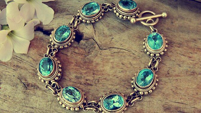Jaký šperk se k vám hodí podle horoskopu? Je to zlatý náramek nebo šňůra perel?