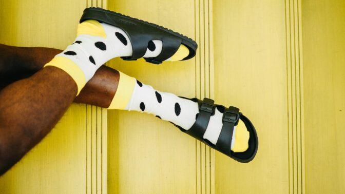 Módní faux pas se vrací: Jak kombinovat ponožky a sandály?