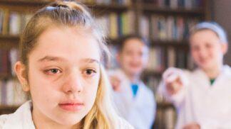 Jak poznáte, že vaše dítě někdo šikanuje? Psychoterapeutka radí, čeho si všímat