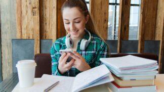 Chytré hodinky, mobil, notebook: Od kdy patří dětem do ruky a do školy?