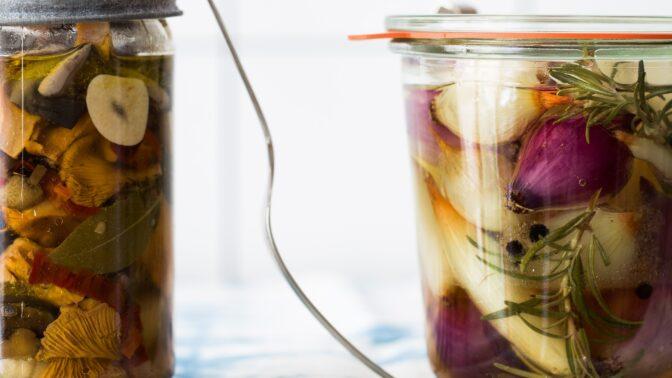 Houbařská sezóna: Vyzkoušejte recept na nakládané lesní houby s česnekem