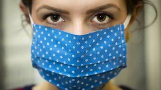 Rouška je součást outfitu: Trendy kousky, ve kterých nebudete vypadat jako na operačním sále